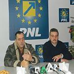 """> … """"Mamulos spargea paharele de sticla cu capul la PDL si manca lalelele din glastra"""" – deputatul PDL Cezar Preda"""