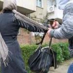 Atentie la talhari! Vezi aici ce a patit o femeie careia i-a fost smulsa geanta in plin centru orasului. Faptuitorii au fost prinsi!